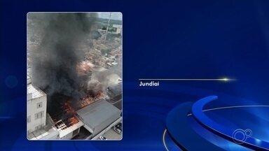 Bombeiros seguem tentando controlar incêndio em fábrica de farinha em Jundiaí - Os bombeiros seguem tentando controlar o incêndio em uma fábrica de farinha em Jundiaí (SP), que já dura mais de três dias. Há riscos de desabamento de um prédio no local, já que o fogo continua.