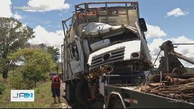 Acidente entre dois caminhões deixa trânsito lento em Anápolis - Acidente aconteceu na BR-060.