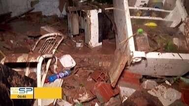 Muro desaba, lama invade casas e moradores perdem tudo em Embu das Artes - De acordo com a prefeitura de Embu das Artes, não houve feridos. Uma casa desabou totalmente, outra parcialmente e 9 ficam alagadas.