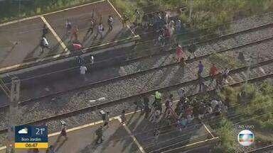 Flagrante: pessoas atravessam plataforma do ramal de Gramacho pela linha do trem - A Supervia informou que houve um problema na rede aérea, e que os técnicos estão tentando resolver. Os intervalos estão irregulares.
