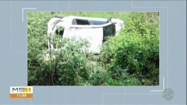 Carro capota na BR-262 - Idosa de 74 anos ficou ferida e precisou ser resgatada