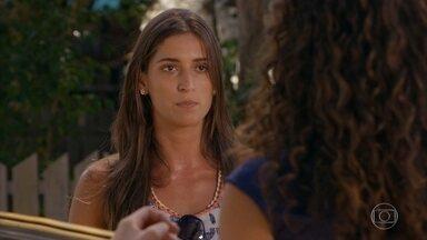 Carol procura Taís e abre mão de Lino - A fotógrafa diz que o rendeiro está apaixonado e pede que Taís cuide bem de Lino