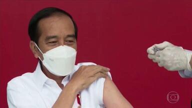 Indonésia começa vacinação com Coronavac - Presidente foi o primeiro a tomar a injeção. O plano é vacinar primeiro a população ativa e não idosos, ao contrário de muitos países.