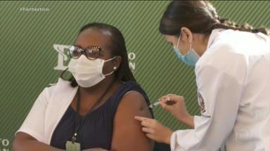 Enfermeira de 54 anos é a primeira pessoa a receber vacina contra Covid no Brasil - Mônica Calazans recebeu a primeira dose da CoronaVac. A aplicação do imunizante provocou uma troca de acusações entre o governador de São Paulo e o Ministro da Saúde.