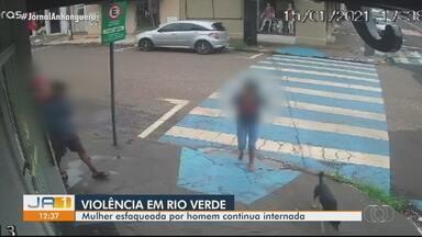 Câmera de segurança registra quando mulher é esfaqueada por homem em Rio Verde - Segundo a PM, agressão foi motivada por causa de dívida de R$ 15. Vítima está internada e deve passar por cirurgia.