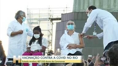 Depois dos problemas, vacina está em todos estados; Rio já vacina grupos prioritários - Prefeitura prioriza profissionais da linha de frente de combate à Covid e idosos em abrigos e asilos.