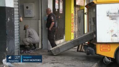 Crime em Gramacho: bandidos entram em barbearia atirando e matam dois irmão que trabalhavam no local - Os criminosos entraram atirando numa barbearia em Gramacho, Duque de Caxias, e mataram dois irmãos que estavam trabalhando.