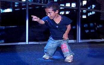 O mais novo dos irmãos anões imita Michael Jackson - Ao som de Thriller, ele mostra sua habilidade.