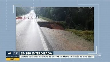 Cratera deixa BR-280 interditada em Mafra - Cratera deixa BR-280 interditada em Mafra