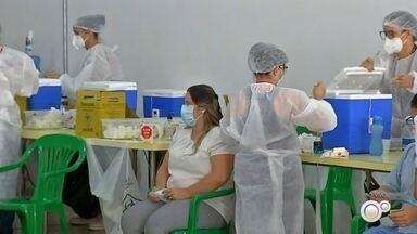 Vacinação contra a Covid-19 continua no posto volante da Swift em Rio Preto - A vacina contra a Covid-19 continua sendo aplicada em profissionais de saúde no posto volante montado no Complexo da Swift, em São José do Rio Preto (SP). Mas tem mudança em relação à imunização; entenda.