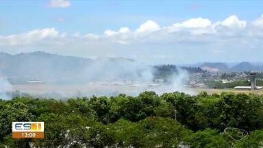 Fumaça de incêndio em área de Aeroporto de Vitória incomoda moradores, no ES - Assista.