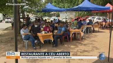 Baiana prepara feijoada em restaurante a céu aberto, em Lauro de Freitas - A empreendedora está fazendo sucesso com o feijão cozido em panelas de barro.