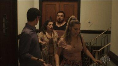Amigos saem com missão de confrontar Dolores para obter a verdade - Brita, Valdir, Suzete e Hélio vão até a casa de Dolores para tentar esclarecer a questão da paternidade de Rita