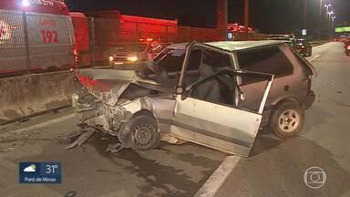 Dois carros se envolvem em acidente no Anel Rodoviário em Belo Horizonte - Em um dos carros havia o motorista, uma mulher e três crianças. Uma delas foi arremessada para fora do veículo. Todos foram socorridos.
