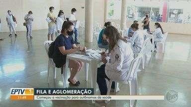 Autônomos da saúde reclamam de aglomerações no 1º dia de vacinação em Ribeirão Preto, SP - Filas grandes e falta de organização estão entre as principais observações do grupo que começou a ser imunizado nesta quarta-feira (3).