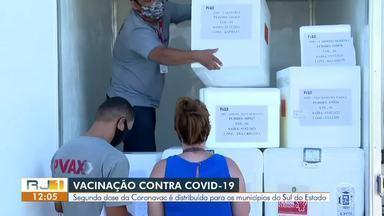 Segunda dose da CoronaVac começa a chegar na região - Segundo a Secretaria Estadual de Saúde, a operação de entrega aos 88 municípios teve início na manhã desta quarta-feira.