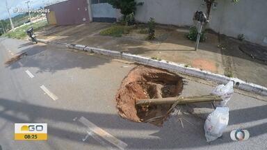Moradores reclamam de buraco em Goiânia - Segundo eles, problema persiste há mais de dez dias no Residencial Ana Clara.