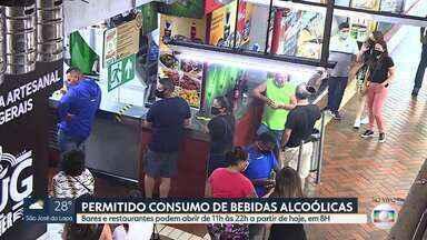 Em BH, bares e restaurantes podem voltar a vender bebidas alcóolicas à noite - Medida vale a partir deste sábado (06). Estabelecimentos podem vender as bebidas para consumo no local, em horário estendido: entre 11h e 22h.