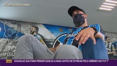 """Douglas sua para queimar """"churrascos"""" e faz lobby para Renato jogar pelo Grêmio Fut 7 - Reforço do Tricolor na modalidade, meia imagina possibilidade de atuar ao lado do ex-técnico."""