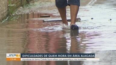 Moradores de área alagada em Macapá sofrem com passarelas e vias inundadas com chuvas - Moradores de área alagada em Macapá sofrem com passarelas e vias inundadas com chuvas