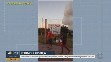 Familiares de menino que morreu atropelado pedem justiça em manifestação, em Cruz Alta - Familiares, amigos e vizinhos do menino de cinco anos atropelado na última quarta-feira (3) em cruz alta, fizeram um protesto na segunda (8) pedindo justiça.