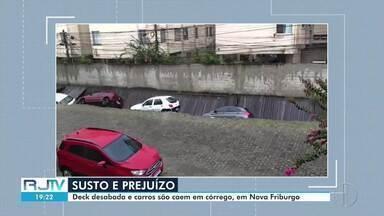 Passarela desaba e carros caem em córrego em Nova Friburgo, no RJ - Carros estavam estacionados em rua ao lado da estrutura de madeira.
