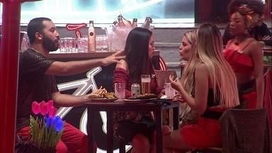 Gilberto fala para Sarah: 'Quero ir ao Paredão, não' - Gilberto desabafa com Sarah durante Festa Amsterdam