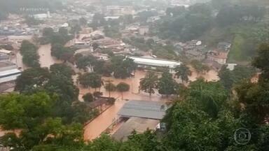 Duas pessoas morrem soterradas em Santa Maria de Itabira, região central de MG - A chuva forte causou alagamento em vários pontos da cidade e na zona rural do município.