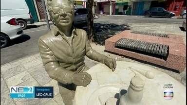 Alvo de vandalismo 20 dias após a inauguração, estátua de Reginaldo Rossi é recuperada - Obra passsou por limpeza, segundo a prefeitura
