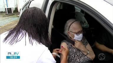 Vacinação em idosos com mais de 84 anos começa nesta sexta-feira em Barra Mansa - Imunização será feita em formato drive thru, de 8h às 12h, no Parque da Cidade.