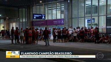 Torcida do Flamengo aguarda chegada dos jogadores no Galeão - Os torcedores que estão nas ruas logo cedo com a camisa do time. O Flamengo é campeão brasileiro pelo segundo ano seguido. No aeroporto do Galeão muita gente aguarda a chegada da delegação.