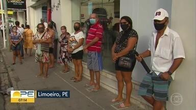 Limoeiro tem movimentação intensa nas ruas; cidade tem restrições a partir desta sexta - Atividades não essenciais não podem funcionar entre 20h desta sexta (26) e 5h do sábado (27). No final de semana, horário é das 17h às 5h.