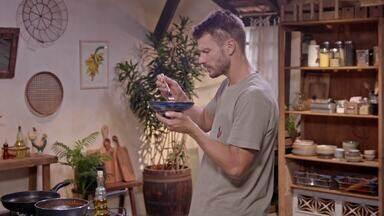 Fogão e Nhoque - Na oficina Rodrigo adapta um fogão em um móvel antigo e, na cozinha, prepara Nhoque de arroz com molho arrabiata e pipoca de casca de parmesão e, para sobremesa, Pavê de casca de laranja.