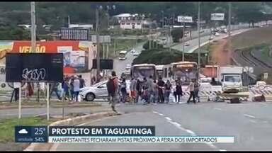 Manifestantes bloqueiam via em Taguatinga - O protesto foi contra uma ação do DF Legal na Feira dos Importados da cidade. A Polícia Militar precisou intervir para liberar as pistas.