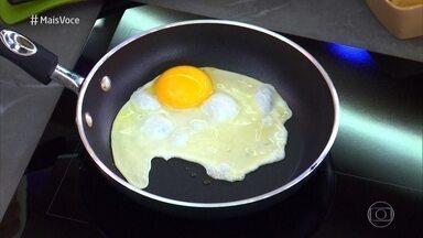 Ana Maria ensina Cauê Fabiano a fritar ovo - Repórter come pão com ovo e comemora sucesso da receita!