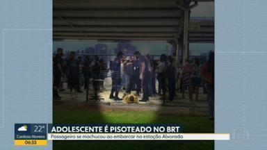 Adolescente cai e acaba pisoteado no BRT na Barra da Tijuca - Uma das pessoas que presenciou o acidente com o estudante no Terminal Alvorada disse que o empurra-empurra é algo frequente.