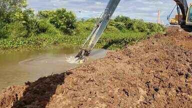 Canais entupidos ameaçam meta de produção da cana de açúcar em Campos - A limpeza deles é a chance da água chegar e garantir uma boa safra.
