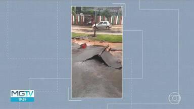 Chuva arrancou placas de asfalto em avenida de Ibirité - Motoristas tiveram dificuldade para passar pelo local.