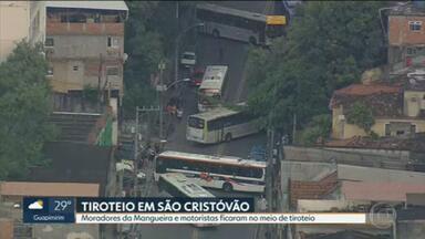 Moradores da Mangueira e motoristas ficam no meio de tiroteio entre traficantes e policiais militares - Confronto aconteceu pouco depois das 07h da manhã, na principal rua do bairro, a rua São Luiz Gonzaga, que ficou interditada por quase meia hora.