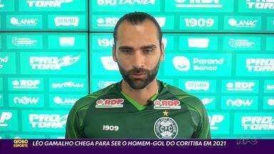 """Léo Gamalho, a esperança de gols do Coritiba - """"Ibra do Nordeste"""". É assim que Léo Gamalho foi chamado nos últimos anos pelas proezas em campo. Apesar do apelido, ele é gaúcho e ganha no Coritiba uma grande oportunidade. Com status de estrela do time, ele deu uma entrevista exclusiva para o GE"""