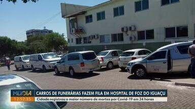 Carros funerários fazem fila em Hospital de Foz do Iguaçu - Cidade registrou o maior número de mortes por Covid-19 em 24h.