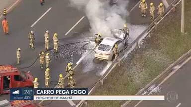 Carro pega fogo na EPTG - O trânsito foi interditado para os bombeiros combaterem o incêndio.