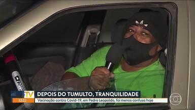 Pedro Leopoldo, na Grande BH, vacina idosos, sem confusão dessa vez - Sistema com retirada de senhas, na semana passada, causou tumulto e aglomeração de idosos.
