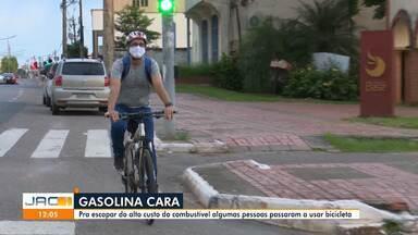 Com litro da gasolina a mais de R$ 6, acreanos trocam carro por bicicleta - Com litro da gasolina a mais de R$ 6, acreanos trocam carro por bicicleta