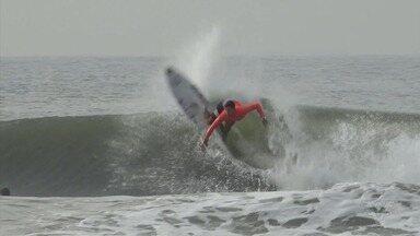 Surfista Alex Ribeiro se prepara para circuito da Austrália do Mundial de Surfe - Atleta de Praia Grande faz boa parte dos treinos em casa para chegar pronto na volta da competição da elite do surfe mundial.