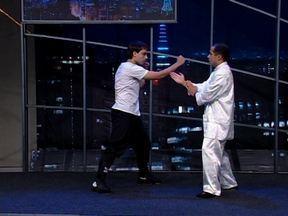 Peterson Menezes dá demonstrações de Wing Chun - Com ajuda de alunos, ele mostra do que é capaz.