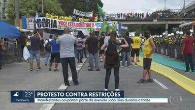 Protesto contra as restrições na Capital - Um pequeno grupo de manifestantes bloqueou três faixas da Avenida João Dias, na Zona Sul de São Paulo.