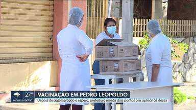 Depois de fila, prefeitura de Pedro Leopoldo amplia pontos de vacinação contra a Covid - Alguns idosos esperaram por mais de 12 horas na fila da vacina na cidade há uma semana.