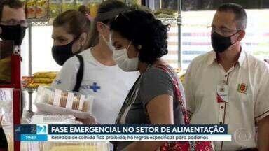 Retirada de comida fica proibida durante a Fase Emergencial - Pelas regras do Plano São Paulo, as padarias podem funcionar no horário normal, como supermercados e mercearias. Mas o recomendável é fazer as compras fora do horário do toque de recolher.