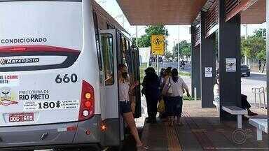 Passageiros reclamam de falta de ônibus em Rio Preto - Já está em vigor o decreto que reduz a quantidade de passageiros em cada circular. O problema é que, agora, está faltando ônibus pros passageiros.